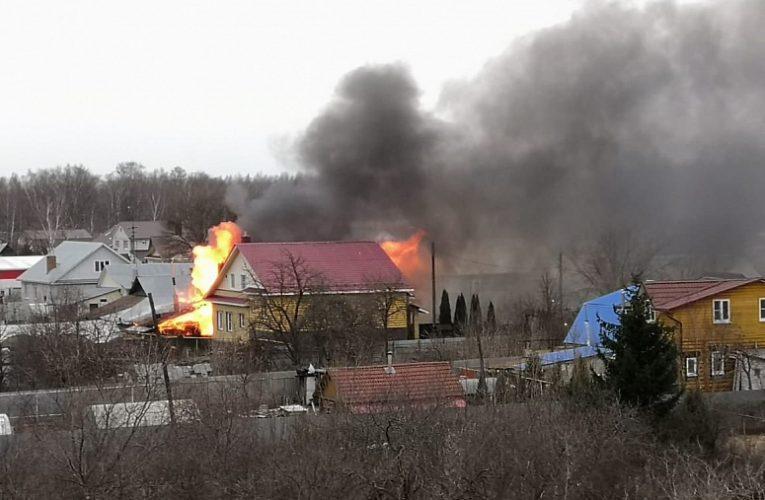 Два человека погибли при пожаре в частном доме в Вязниках